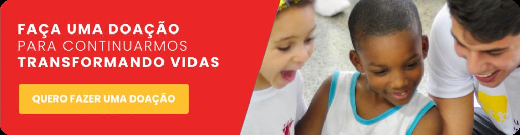 Botão para acessar a página de doações. Na imagem duas crianças sorriem animadas junto com um rapaz olhando para baixo.