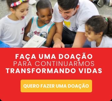 Botão para acessar a página de doações. Na imagem de três crianças sorriem animadas junto com um rapaz olhando para baixo.