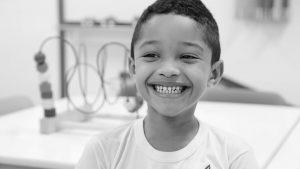 Uma criança sorri