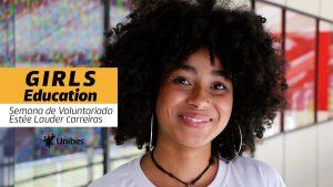 """Garota sorri. Na imagem está escrito """"Girls Education Semana de Voluntariado Estée Lauder Carreiras"""""""