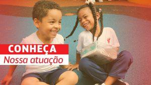 """duas crianças sentadas no chão sorriem. à esquerda, a frase """"conheça nossa atuação"""""""