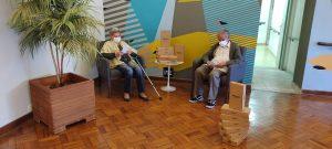 idosos sentado com kindle